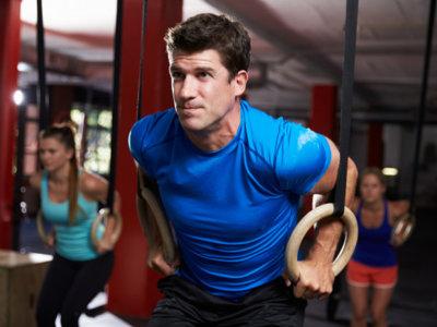 Entrena tus músculos sobre anillas, al mejor estilo de los gimnastas