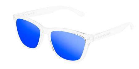 c40fdd7508 Puedes tener unas gafas de sol Hawkers por sólo 20 euros. Montura  transparente y lente azul cobalto
