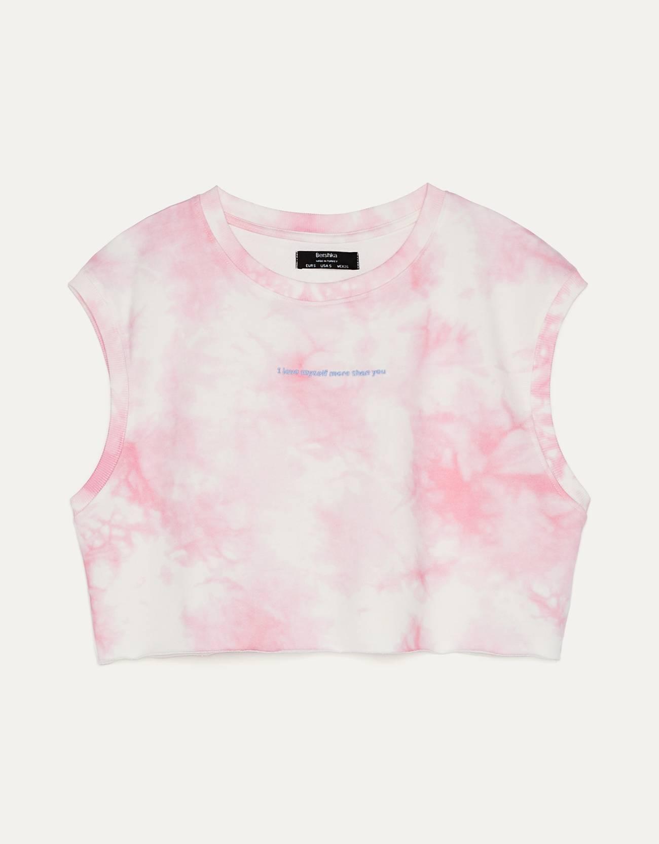 Camiseta cropped con tie dye de color rosa.