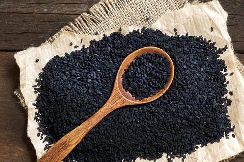Semillas de nigella, ajenuz o comino negro: ¿qué es y cómo usar esta especia en la cocina?