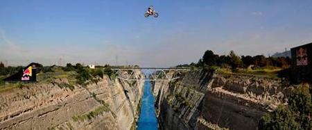 Robbie Maddison salta el Canal de Corinto... ¡a casi 100 metros de altura!