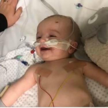 La esperanzadora historia de un bebé que despertó del coma y lo primero que hizo fue sonreír