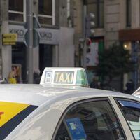 Carteles luminosos para pedir ayuda, control de antecedentes penales y precios cerrados: así cambia el taxi en Madrid
