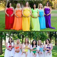 Seis mujeres unidas por el dolor de la pérdida posan con sus bebés arco iris