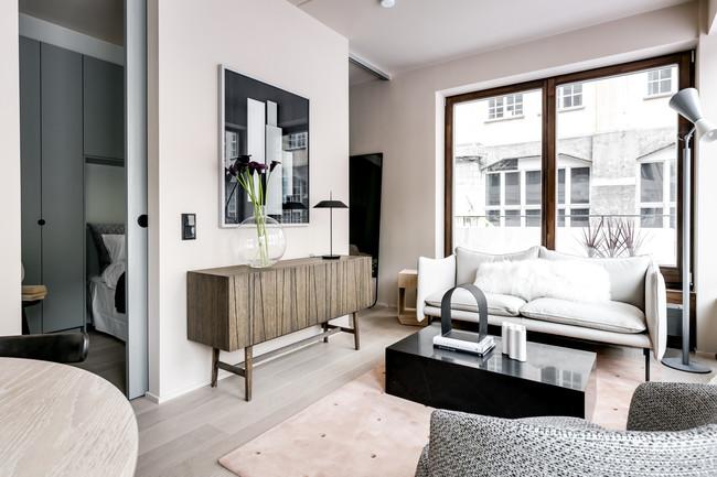 ¿Quién dijo que sólo el blanco es válido para los espacios pequeños? Este pequeño apartamento de Estocolmo demuestra que hay vida más allá del blanco