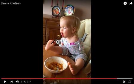 Increíble vídeo de superación: la niña sin brazos que come con los pies