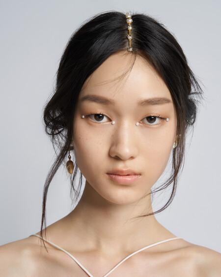 Estas han sido las claves del precioso maquillaje cargado de perlas de la colección Crucero 2022 de Dior