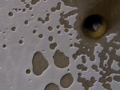 Se localiza una formación circular llamativamente profunda en Marte