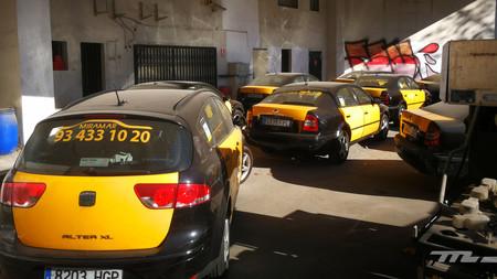 Huelga indefinida de taxis en Barcelona, con imágenes de destrozos como telón de fondo