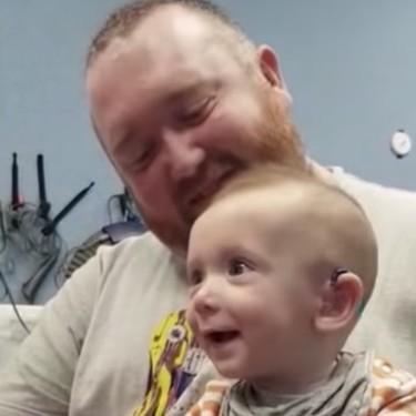 La tierna sonrisa de un bebé de cinco meses, al escuchar por primera vez la voz de su madre, gracias a unos audífonos