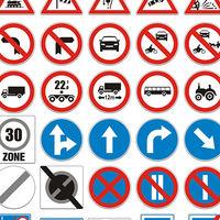 """¿Hay señales de tráfico machistas? La Fiscalía cree que algunas denotan """"dependencia y subordinación"""" de la mujer"""