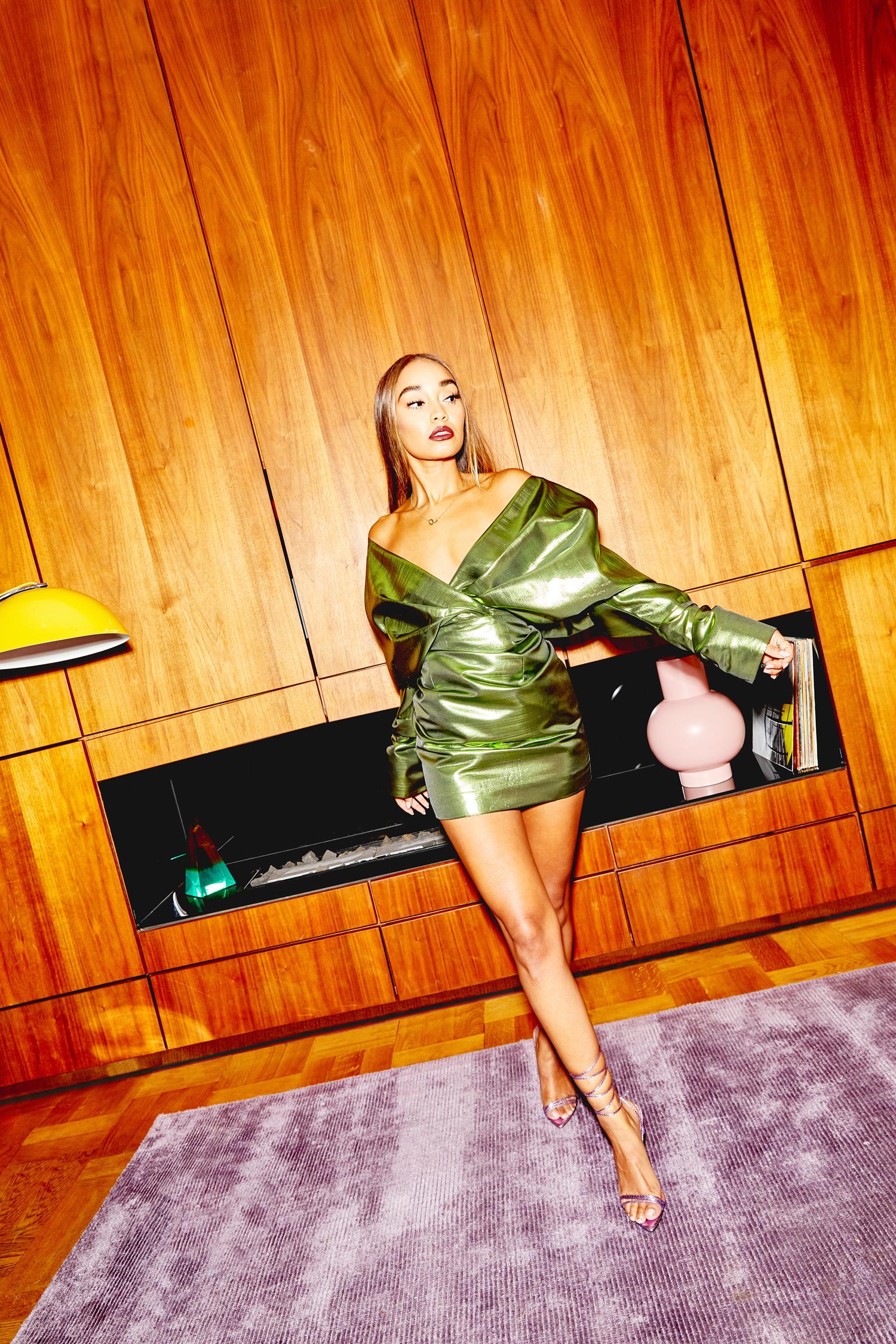 Vestido de cóctel con hombros extremos y diseño metalizado