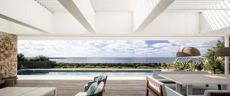 Viajamos a Menorca para disfrutar de una casa que se funde con el paisaje