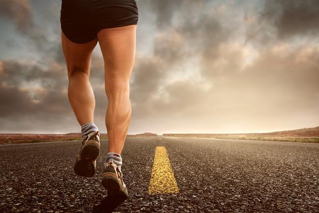 Más allá de las sentadillas y zancadas, cinco ejercicios para trabajar tus piernas en casa
