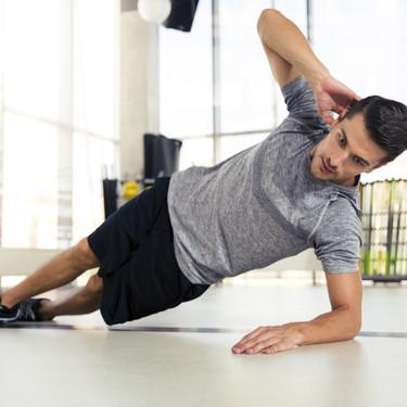 25 ejercicios que puedes realizar en el suelo para fortalecer la zona media, sin equipamiento alguno