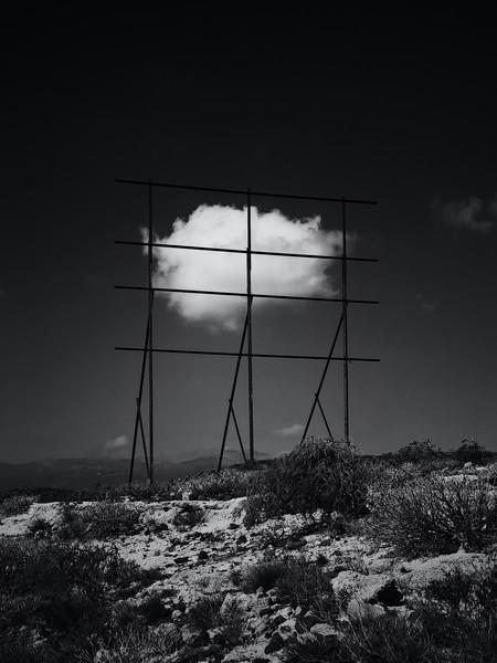 Nube enmarcada en valla oxidada