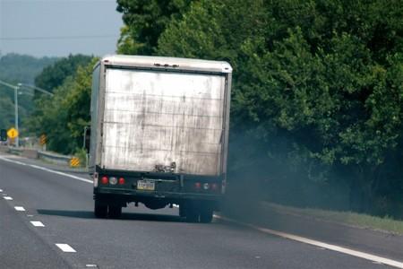 Europa cumple y reduce sus emisiones de CO<sub>2</sub> gracias al transporte por carretera
