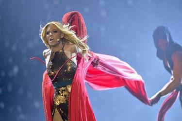 ¿Caperucita Roja o una sexy amazona? Edurne y sus looks que quieren conquistar Eurovisión