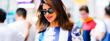 Priyanka Chopra se atreve con un vestido con estampado marinero por plena ciudad de Nueva York, eso sí, su bolso nos encanta