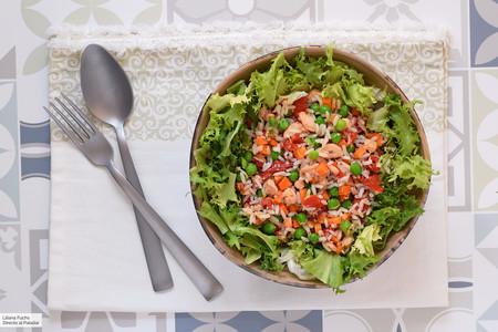 Ensalada de arroz con salmón y verduras