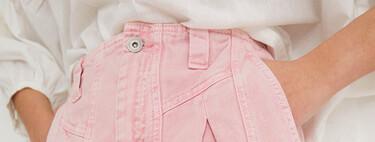 Esta primavera 2021 los pantalones vaqueros de color rosa prometen invadir el street style: siete diseños a tener en cuenta