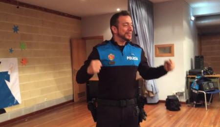El ingenioso policía que enseña a los niños educación vial mediante coreografías y pegadizas canciones