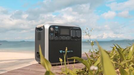 Esta batería portátil se alimenta de luz solar y puede cargar hasta 11 dispositivos a la vez, ¡incluido un patinete eléctrico!