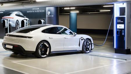 Porsche apuesta todo al verde y extiende su red de carga para coches eléctricos en España con postes de 175 kW