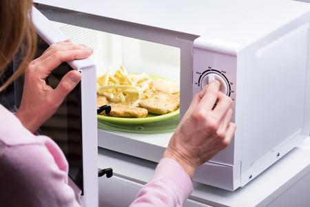 Cuatro tipos de alimentos que no deberías recalentar en el microondas