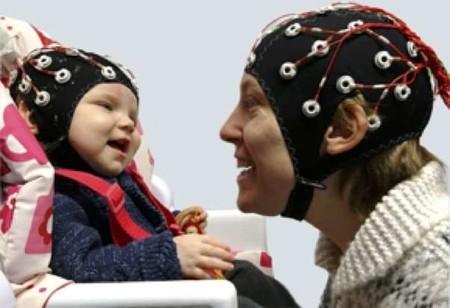Cuando juegas con tu bebé, tu actividad cerebral se hace eco de su actividad cerebral