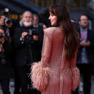 Dakota Johnson se convierte en la gran protagonista de la prèmiere 'The lost daughter' con un vestido de pedrería y plumas