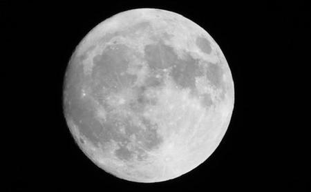 ¿Por qué la cara oculta de la luna es completamente diferente a la cara que vemos?
