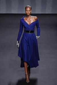 El lujo esencial de Raf Simons para Dior en la Haute Couture de París