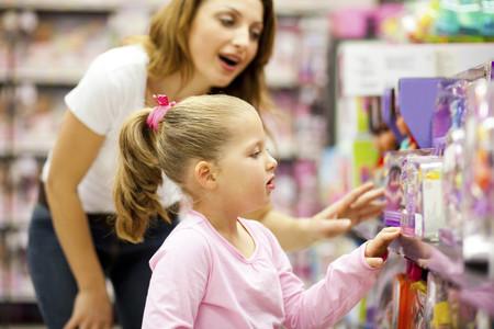 niña comprando juguetes