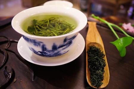 Tomar una taza de té verde por las mañanas además de ayudarte a adelgazar tiene múltiples beneficios para la salud
