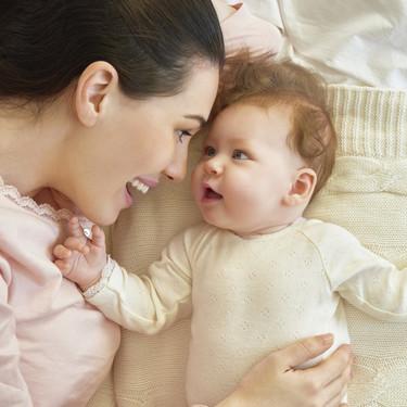 """Hacer contacto visual cuando tu bebé te """"habla"""" ayuda a estimular su desarrollo del lenguaje"""