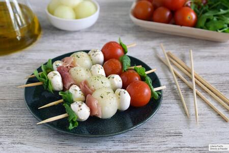 brochetas o pinchos de melón con jamón, mozzarella y tomate cherry