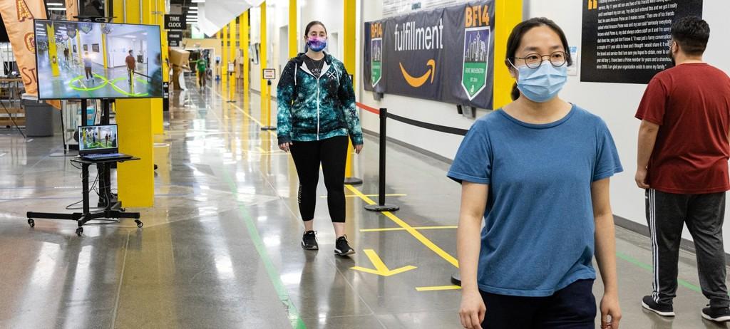 La idea de Amazon para que los trabajadores mantengan la distancia social: una cámara con IA que sabe cuándo se acercan demasiado