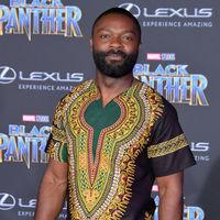 Actores rinden tributo a la cultura sudafricana con sus looks en la premiere de 'Black Panther'