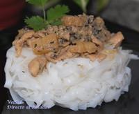 Tallarines de arroz con pollo y piña