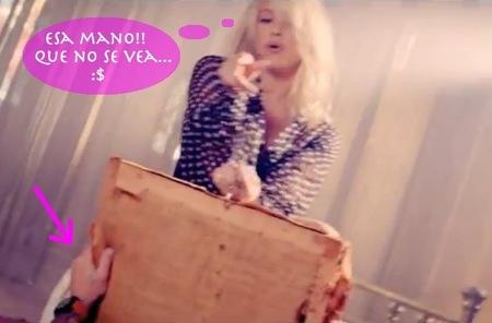 La mano que sujeta la silla de Shakira