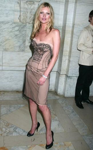 3076a8407 He elegido este ultimo vestido que lleva Kate Moss porque me parece justo  recalcar que Galliano es algo mas que exceso