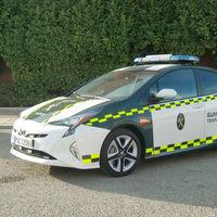 """Nuevos coches para la Guardia Civil: ahora """"piensan en verde"""" y ya patrullan con el Toyota Prius"""