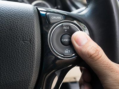 ¿Por qué poner la velocidad de crucero en mi coche requiere dos pasos? Cómo se diseñan la usabilidad y seguridad en automatismos