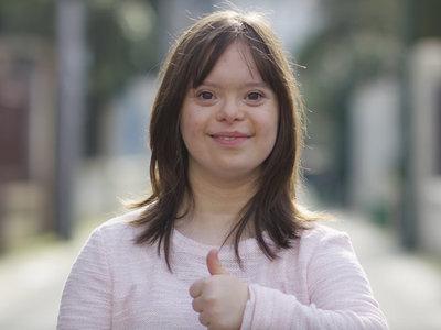 Mélanie Ségard, la primera mujer con síndrome de Down que presentará el tiempo en Francia