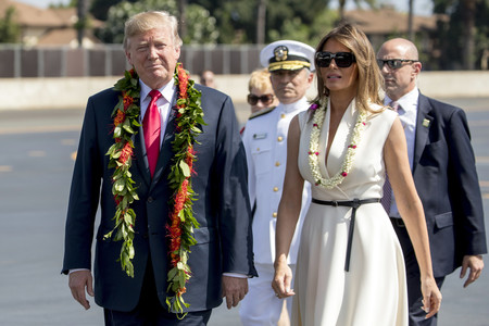 Blanco nuclear vs. Total black: Melania Trump juega a los extremos en sus últimas salidas (y se atreve con los estampados)