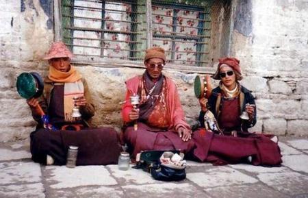 three_monks_chanting_in_lhasa,_1993.jpg