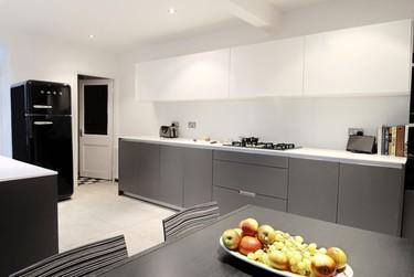 Protagonismo del color negro en la cocina de una casa tradicional inglesa