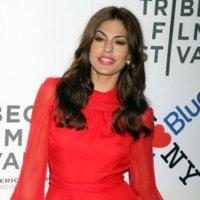 El rojo llega a Tribeca con Eva Mendes de Gucci