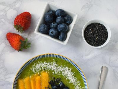 Smoothie bowl verde de kiwi, rúcula y avena. Receta para un desayuno saludable